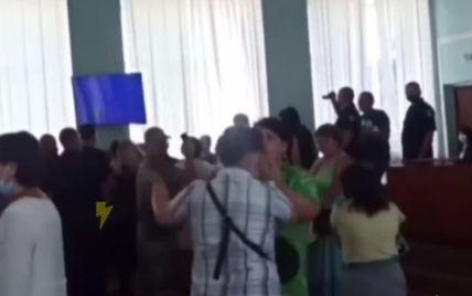 Тягали за волосся, обливалися водою і викрикували непристойності: під Харковом почубилися депутати з активістами (відео)