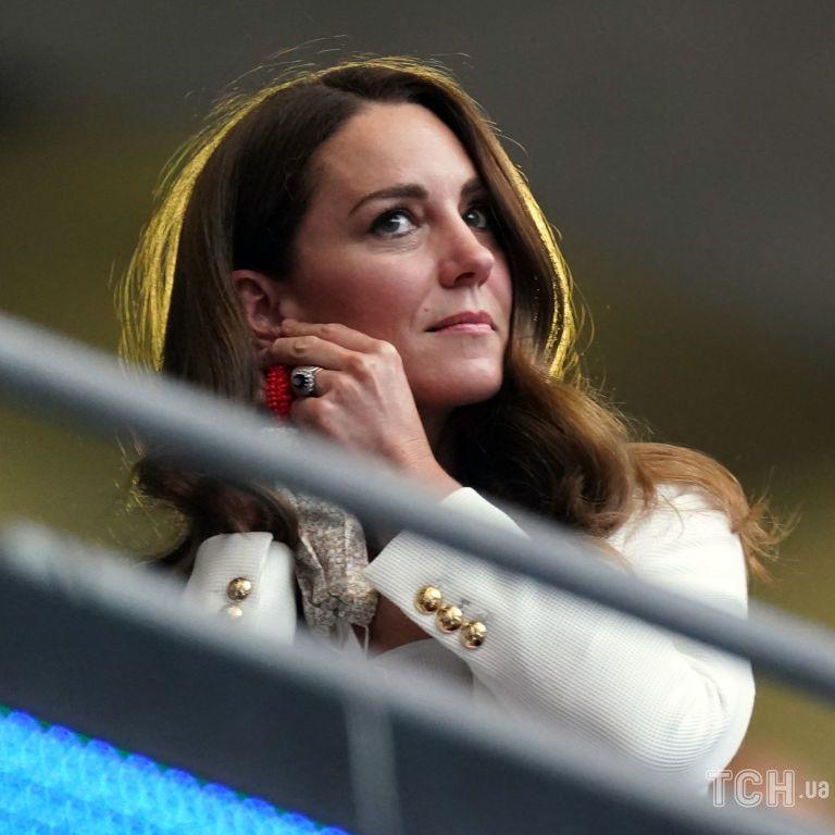 Закрыла лицо руками: герцогиня Кейт эмоционально болела за англичан и расстроилась
