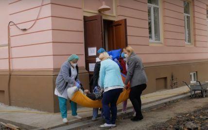 В Черновцах больного с COVID-19 женщины переносили в реанимацию на простынях: появилось видео