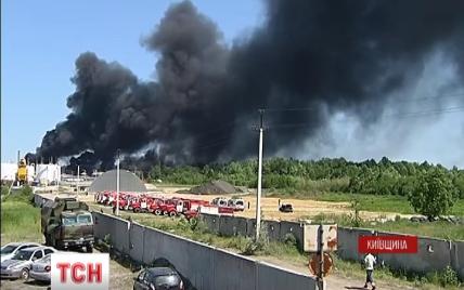 Пожарные отвоевали у огня 50 % нефтебазы под Васильковом