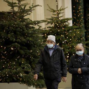 Карантин на різдвяні свята, лікування коктейлем з антитіл та перегони трьох вакцин: як Європа бореться з COVID-19