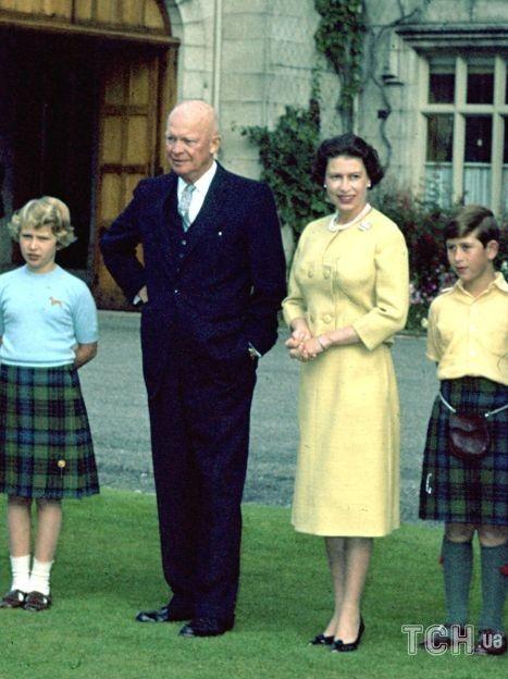 Принц Филипп, королева Елизавета II, президент Эйзенхауэр и старшие дети королевской четы / © Associated Press