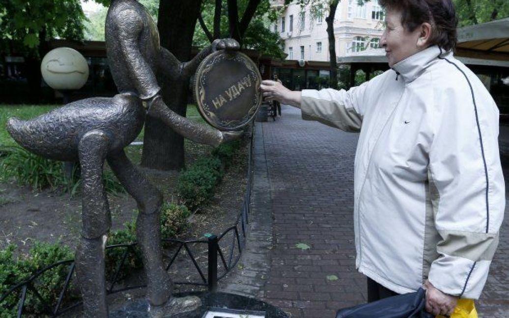 """В руках муравья монетка с надписью """"На счастье"""", а с другой стороны – """"На удачу"""". / © УНИАН"""