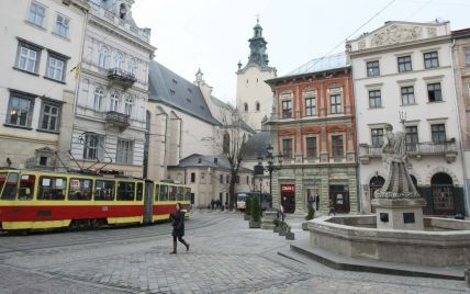 Скандал у львівському трамваї: пасажири стверджують, що контролер вдарив чоловіка, перевіряльники кажуть - їх оббрехали