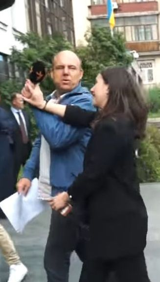 Пресс-секретарь Зеленского оттолкнула журналиста. Это уже не впервые