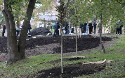 Высадили деревья и повесили таблички с именами погибших: во Львове почтили украинских защитников