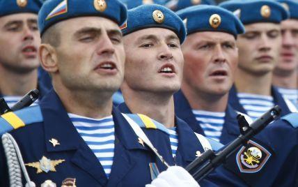 Во время парада ко Дню независимости по Минску прошли военные РФ, которые оккупировали Крым