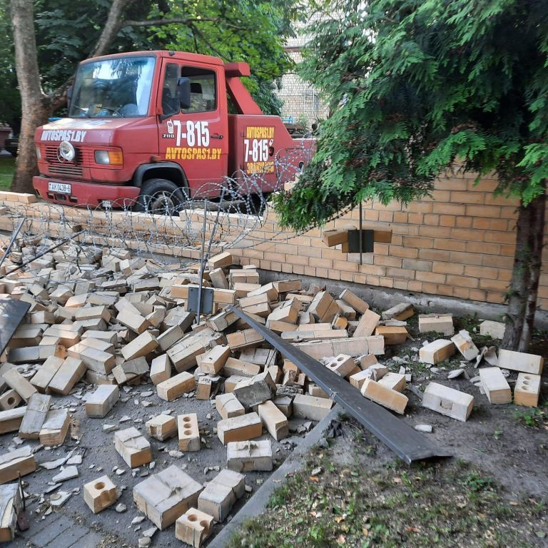 У Мінську розтрощили цегляний паркан посольства Латвії: Рига вимагає пояснень