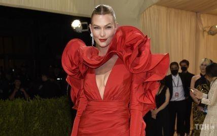 У червоній мінісукні зі шлейфом: розкішна Карлі Клосс на Met Gala 2021