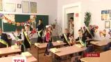 Звиклі до обстрілів школярі Красногорівки прийшли на лінійку з квітами