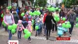 В Хмельницком по центральным улицам прошел парад близнецов