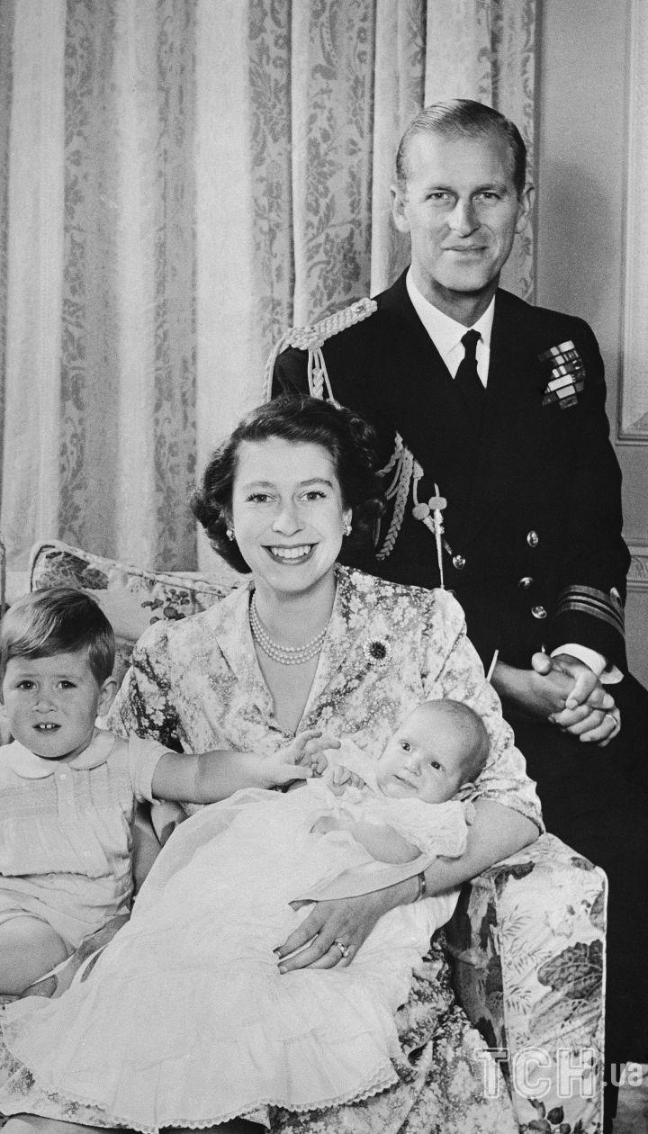 Принц Філіп і королева Єлизавета II з дітьми / © Associated Press