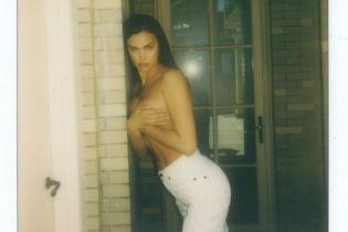 Апетитна Ірина Шейк посвітила голим бюстом та пружніми сідницями у стрінгах
