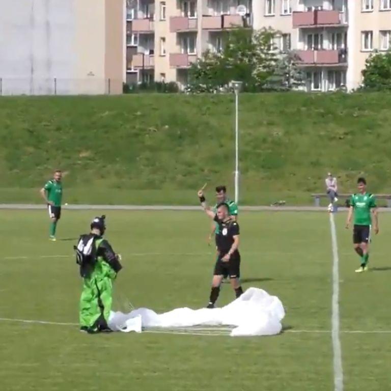 Курйоз у Польщі: парашутист раптово перервав футбольний матч та був покараний арбітром (відео)