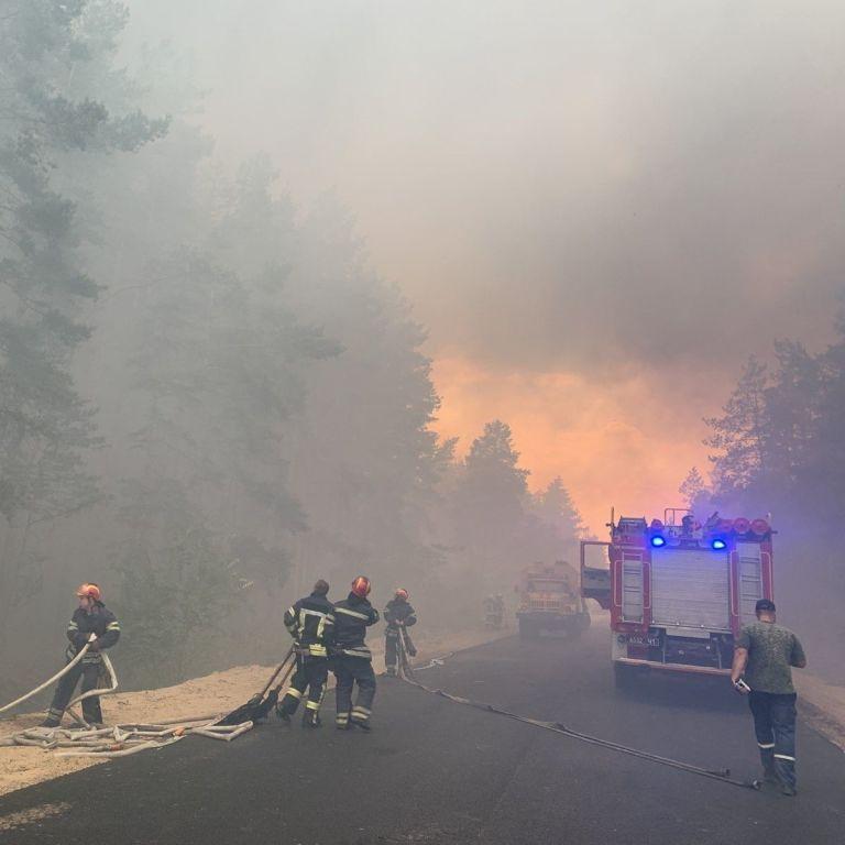 Обстрел боевиков: в полиции назвали еще одну вероятную причину масштабного пожара в Луганской области