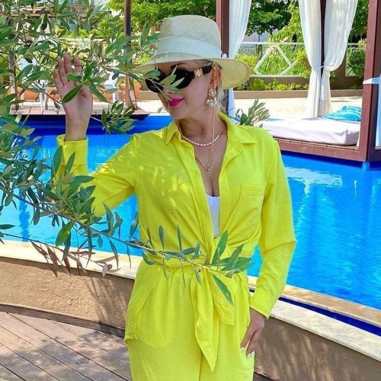 В желтом костюме и кроп-топе с пикантным декольте: Екатерина Бужинская на отдыхе в Греции