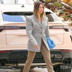 В джинсах и кроп-топе: Хейли Бибер сходила с мужем в модный ресторан