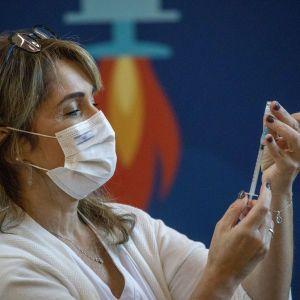 Утвержденный Минздравом план вакцинации предусматривает прививки против COVID-19 только для половины украинцев