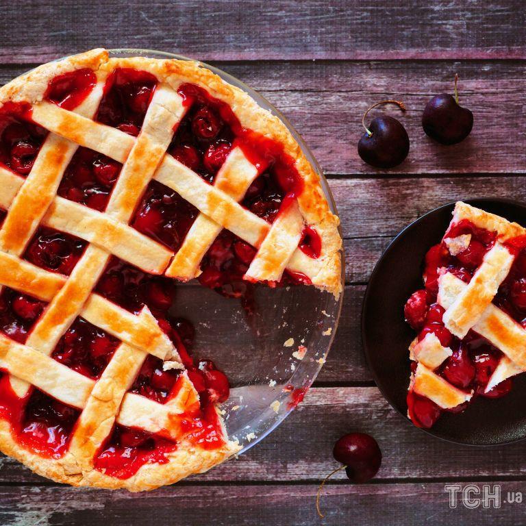 Пиріг із вишнями: рецепт простої літньої випічки