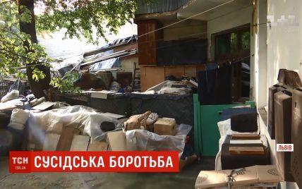 Львів'янин, із квартири якого вивезли 10 тонн сміття, знову захаращив оселю непотребом