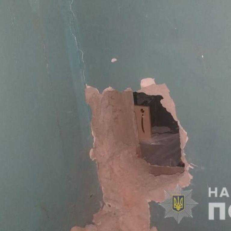 """Выбили стену и пытались украсть товар: в Днепропетровской области на """"горячем"""" поймали двух воров"""