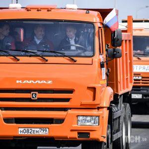 Президент-дальнобойщик: пользователи соцсетей высмеяли, как Путин на КамАЗе открывал Керченский мост