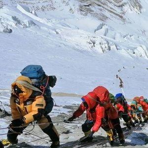Гору Эверест впервые с начала пандемии коронавируса открыли для туристов