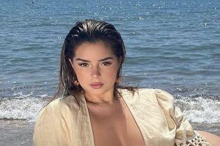 Опять без бюстгальтера: Деми Роуз устроила пикантную фотосессию на пляже