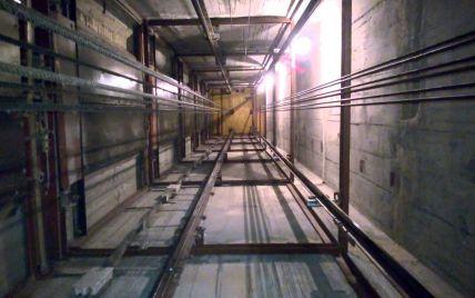 В Одессе мужчина и женщина пережили падение в кабине лифта