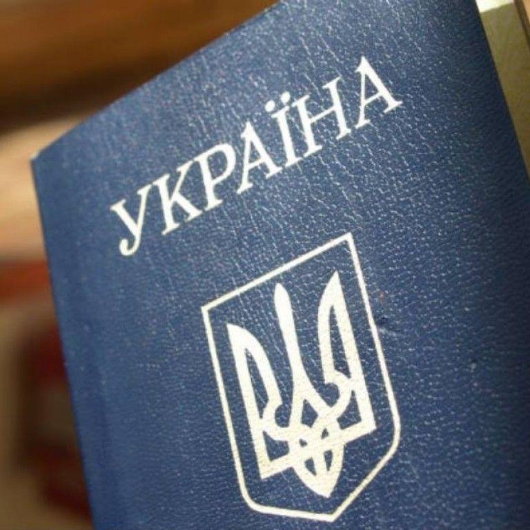 В Україні ліквідують паспорти старого зразка: кому доведеться оформити ID-картку і скільки це коштує