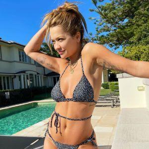 Ніжиться на сонці: Ріта Ора блиснула фігурою на пляжі в Сіднеї