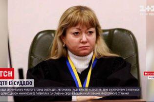 Новини України: у Києві чинна суддя за кермом протаранила електроопору і врізалася в дерево