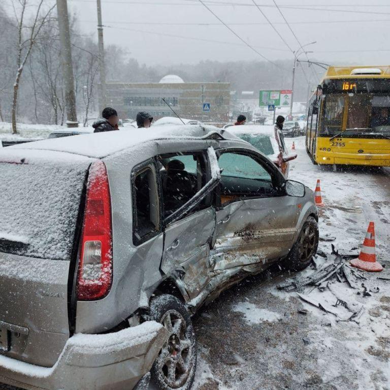 64 травмированных и 13 погибших: из-за снега на дорогах Украины произошло свыше тысячи ДТП
