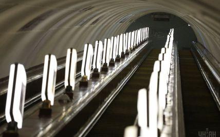 В киевском метро на девушку на эскалаторе упала чемодан, пассажирку забрала скорая