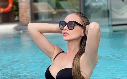 """Італійські канікули: учасниця """"Холостяка-11"""" у чорному бікіні продемонструвала струнку фігуру"""