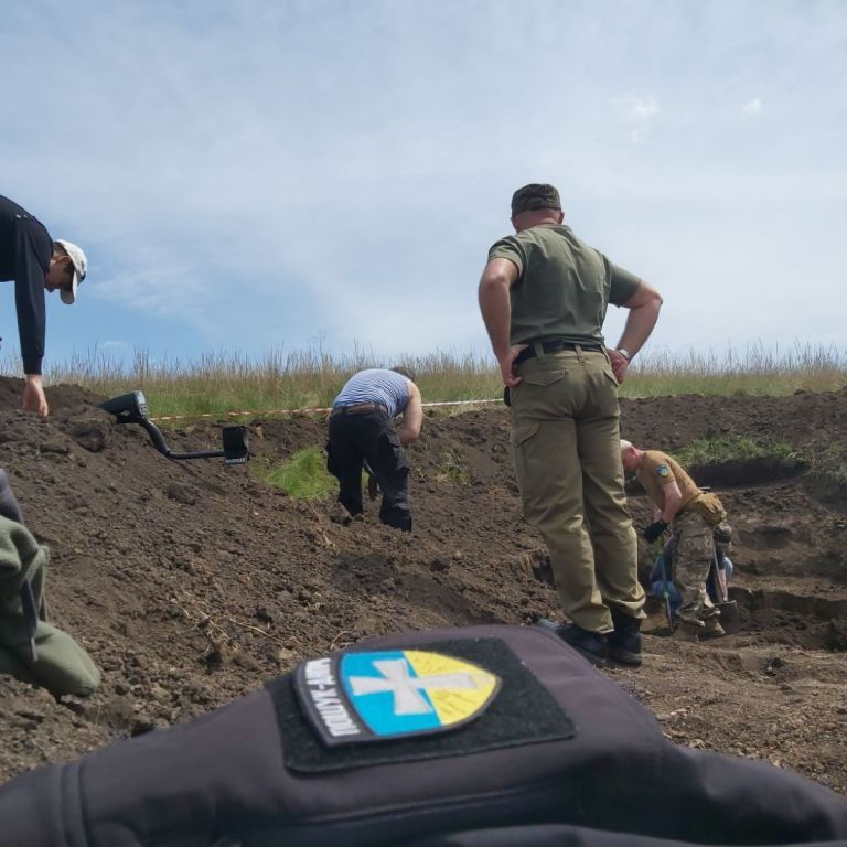 """""""Я довго молилася, щоб за цим солдатом прийшли"""": під Дніпром знайшли уламки винищувача і останки льотчика"""