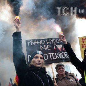 У Польщі жінки у чорному одязі та з файєрами вийшли протестувати проти нових обмежень на аборти