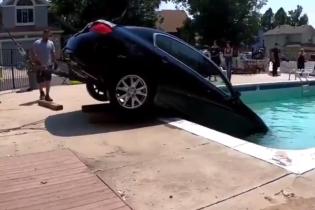 Мережу сколихнуло відео, як у США підліток загнав преміальне авто до басейну