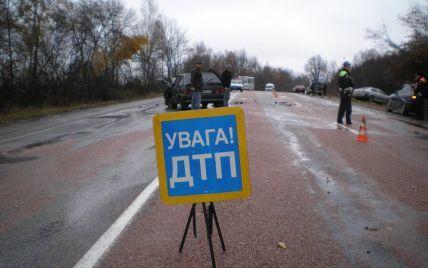 На Киевщине иномарка съехала в кювет, влетев в дерево: трое погибших
