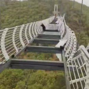 В Китае турист застрял на подвесном стеклянном мосту на высоте 100 метров
