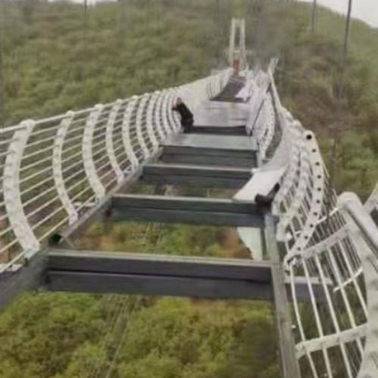 У Китаї турист застряг на підвісному скляному мосту на висоті 100 метрів