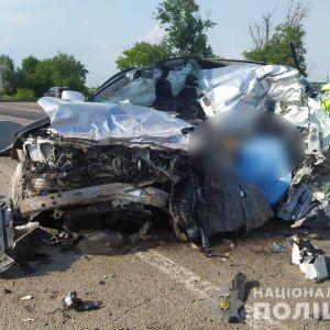 На трассе Одесса-Киев внедорожник влетел в фуру: водитель скончался