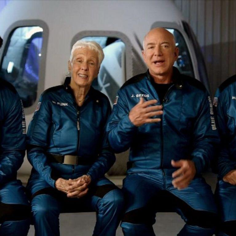 Как миллиардер Безос на собственной ракете за 10 минут слетал в космос: фото и видео