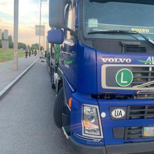 П'яний пішохід штовхнув велосипедиста під вантажівку: все, що відомо про смертельну ДТП