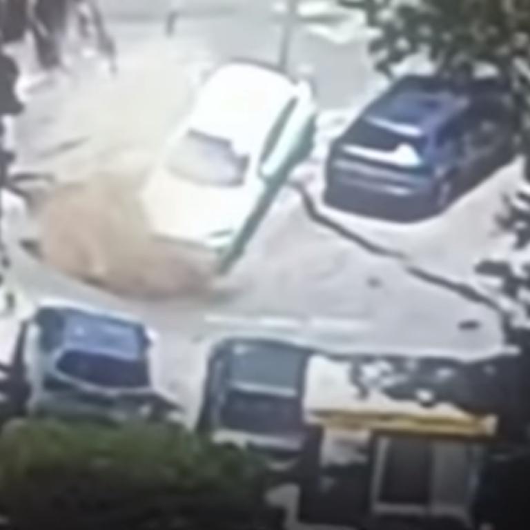 В Єрусалимі величезне провалля за лічені секунди поглинуло декілька авто: відео
