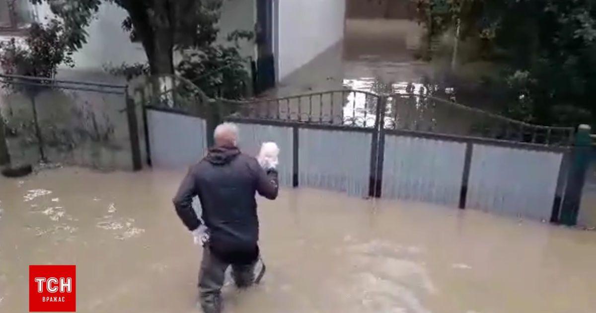 Наводнение в Закарпатье: соседи привозят заблокированным в подтопленных домах старикам хлеб