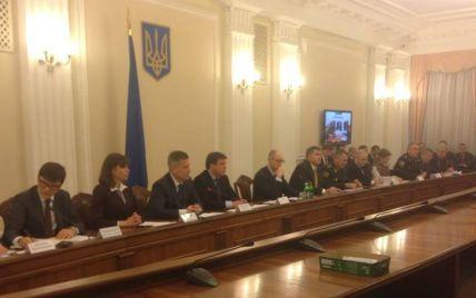 """Яценюк наказав керівникам областей підготуватися до можливого переходу на """"військові рейки"""""""