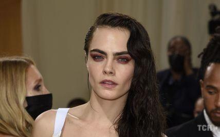 У бронежилеті на голе тіло і штанях-сигаретах: зухвала Кара Делевінь в Dior вийшла на червону доріжку