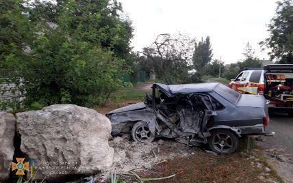 Наехал на бетонный камень: в Днепропетровской области в ДТП разбился водитель