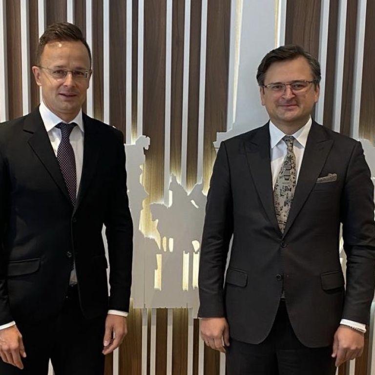 Кулеба зустрівся з головою МЗС Угорщини і домовився невдовзі відвідати з ним Донбас